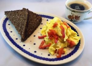 Ristet brød med scrambled eggs