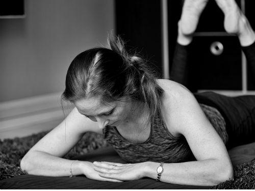 Louise Rostgaard i yoga bevægelser